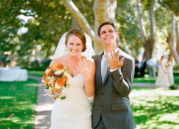 Pareja de Novios con sus Argollas de Matrimonio