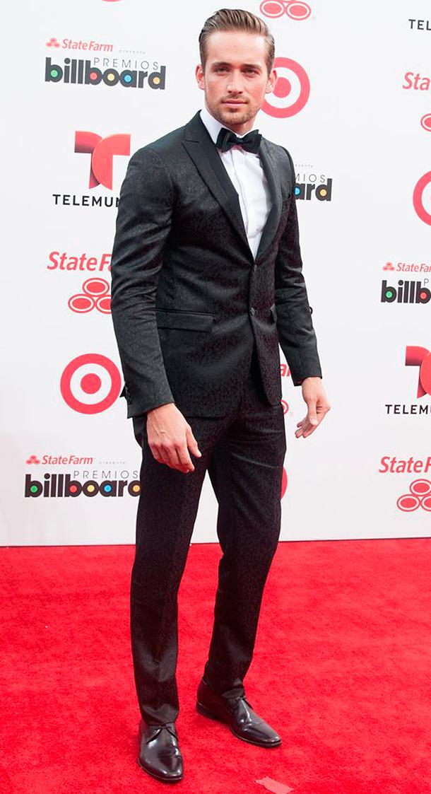 Traje de novio. alfombra roja de los Premios Billboard 2014